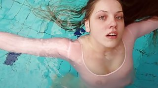 Redhead Simonna showing her body underwater